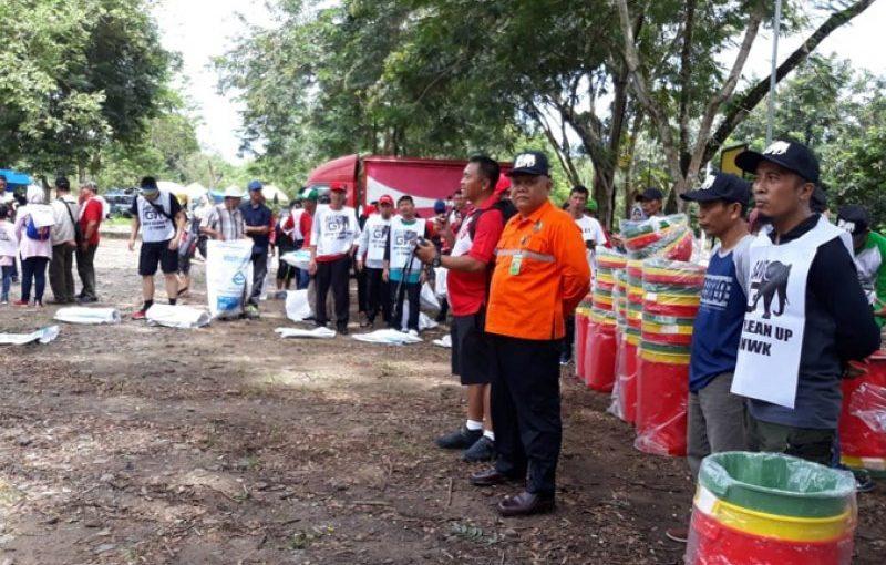 Coca-Cola Amatil Indonesia Sumbang 26 Unit Tong Sampah ke Balai TNWK
