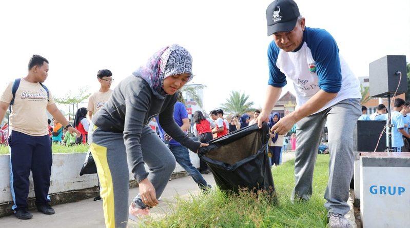 Wagub Chusnunia Bersih-bersih Elephant Park Bersama Ratusan Siswa