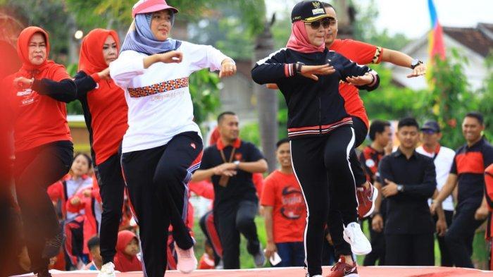 Roadshow Program Kerja di Banjar Agung, Chusnunia Chalim Ajak Warga Tuba Hidup Sehat